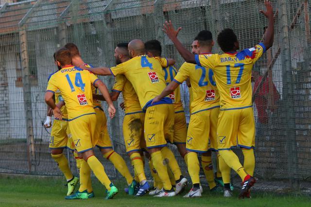 L'esultanza dei calciatori del Catania dopo il gol vittoria - Foto Francesco Donato
