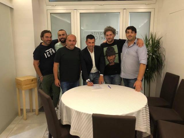 Claudio De Luca mentre firma il contratto che lo lega al Team Altamura