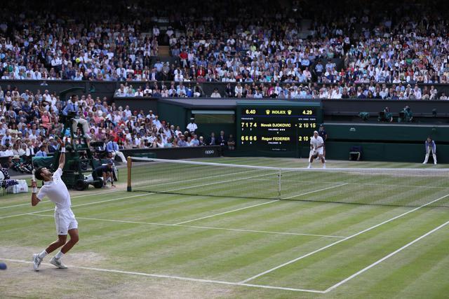 Djokovic alla battuta nella finale 2019 di Wimbledon contro Federer - via Twitter Wimbledon