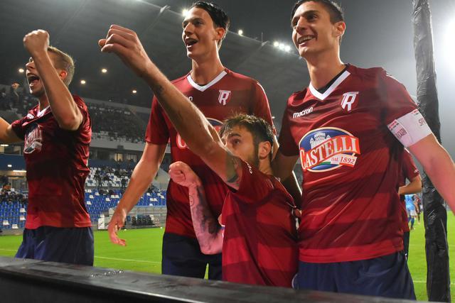 Zamparo esulta sotto la Curva Sud © Reggio Audace FC