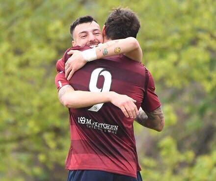 Dammacco mentre abbraccia Zamparo dopo l'assist vincente ©Reggio Audace FC