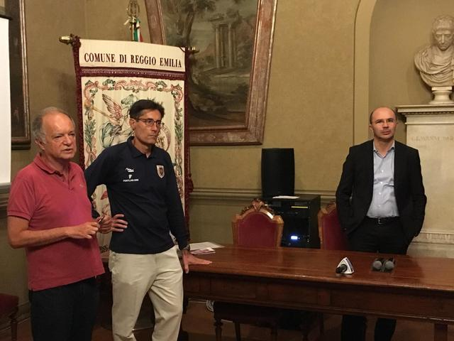 Mauro Del Bue e Francesco Fantuzzi (promotore dell'incontro) con il sindaco Luca Vecchi © TuttoReggiana