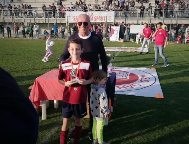 """Gianluca DallAglio riceve da Arrigo Sacchi il premio di capocannoniere del torneo """"Pre Berba Cup"""" di Sant'Agata"""