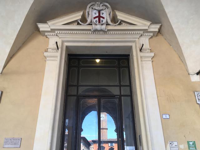 L'ingresso del Municipio in Piazza Prampolini