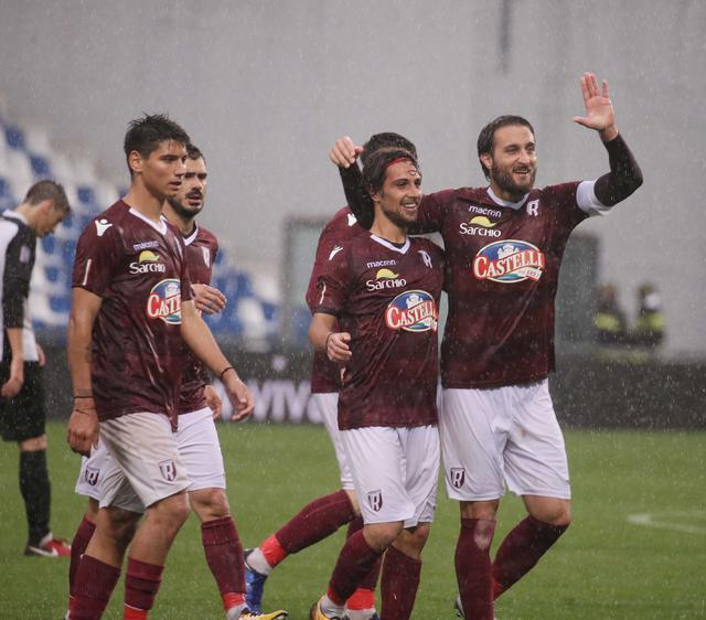 Capitan Rozzio festeggia con i compagni l'accesso alla finale playoff ©Reggio Audace FC