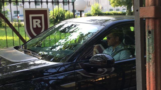 Mike all'uscita dalla sede posta su via Agosti © TuttoReggiana
