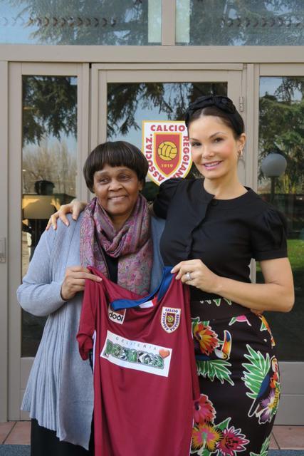 Alicia con la console del Sudafrica davanti alla sede del club in via Mogadiscio