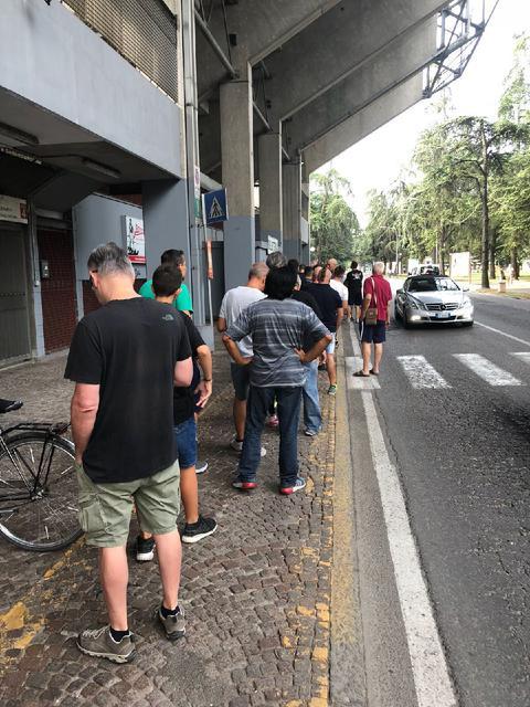 I tifosi in fila lungo via Matteotti