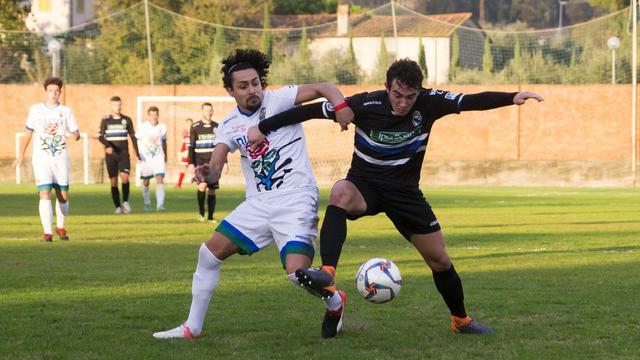 Rodriguez (a sinistra) in azione con la maglia del Seravezza © Il Tirreno