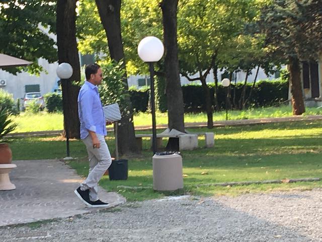 Mike Piazza mentre esce dalla sede con alcuni documenti © TuttoReggiana