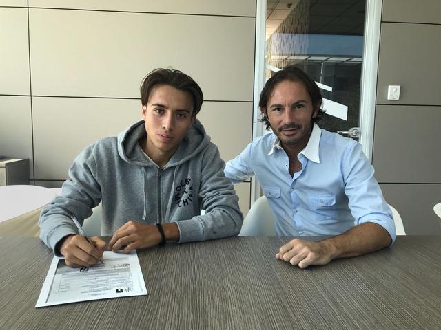 Bardeggia al momento della firma con il team manager Malpeli
