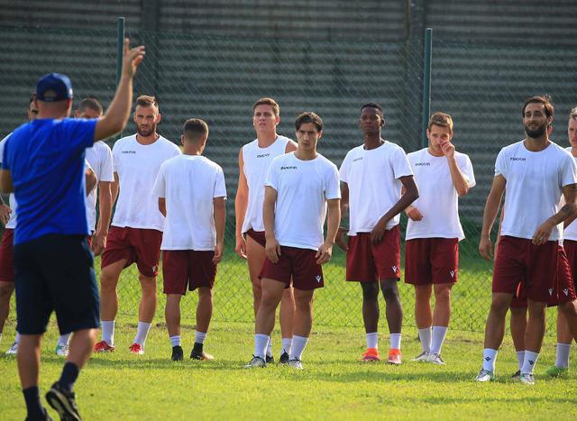Mister Alvini dà indicazioni in allenamento © Reggio Audace FC