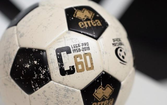Il nuovo pallone dallo stile vintage della Lega Pro