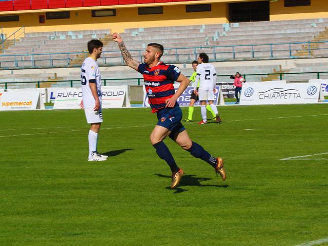 L'esultanza di Tutino dopo il gol dell'1-0 - Foto Francesco Donato