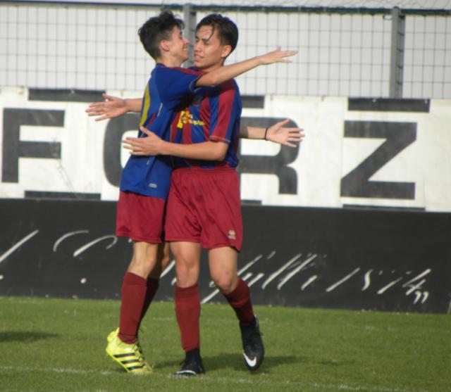 L'abbraccio tra Serpa e Aguilar dopo il gol del vantaggio in avvio