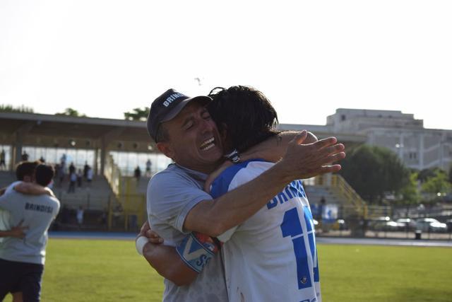 Massimiliano Olivieri in lacrime abbraccia Dino Marino - FOTO SIMONA DI MARIA