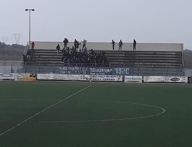 I tifosi del Brindisi a Mesagne sotto la pioggia