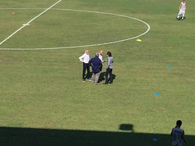 Confronto tecnico-dirigenti prima dell'inizio della gara